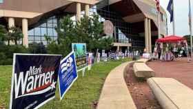 Fotografía de decenas de carteles electorales puestos en la puerta de un centro de votación, el 24 de septiembre de 2020, en Fairfax (EE.UU.).