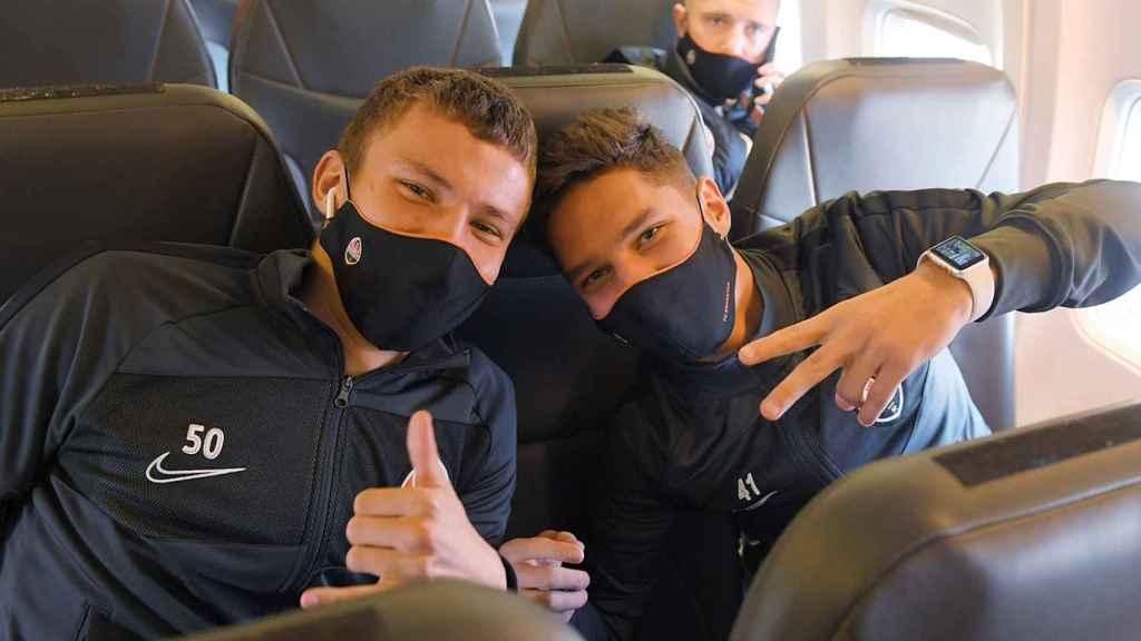Dos jugadores del Shakhtar Donetsk, en el avión hacia Madrid. Foto: Twitter (@FCShakhtar_eng)