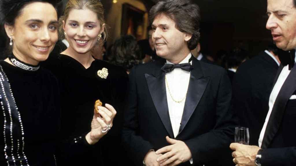 Marta Chávarri y Fernando Falcó junto al cantante Raphael.