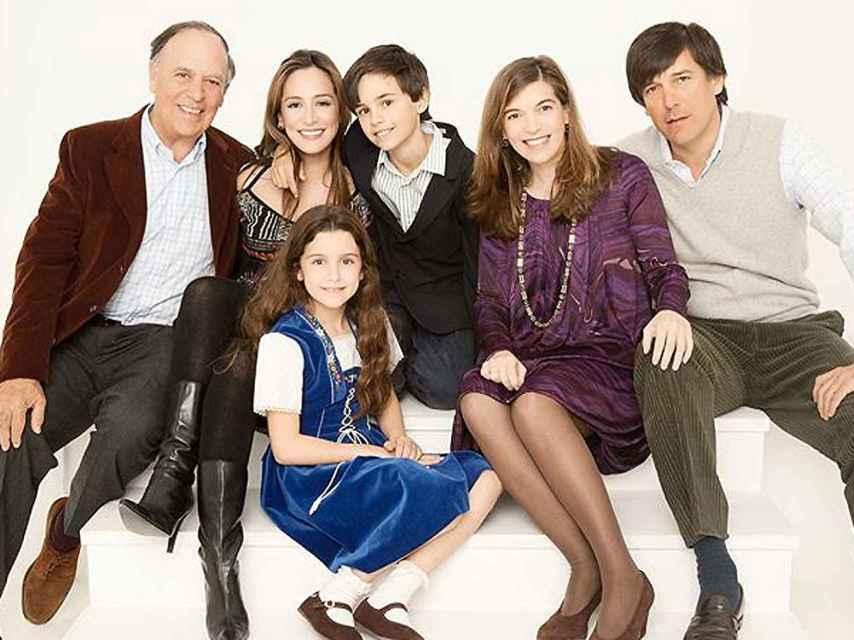 Carlos Falcó y Fernández de Córdova junto a sus cinco hijos: Manuel, Xandra, Tamara, Duarte y Aldara.