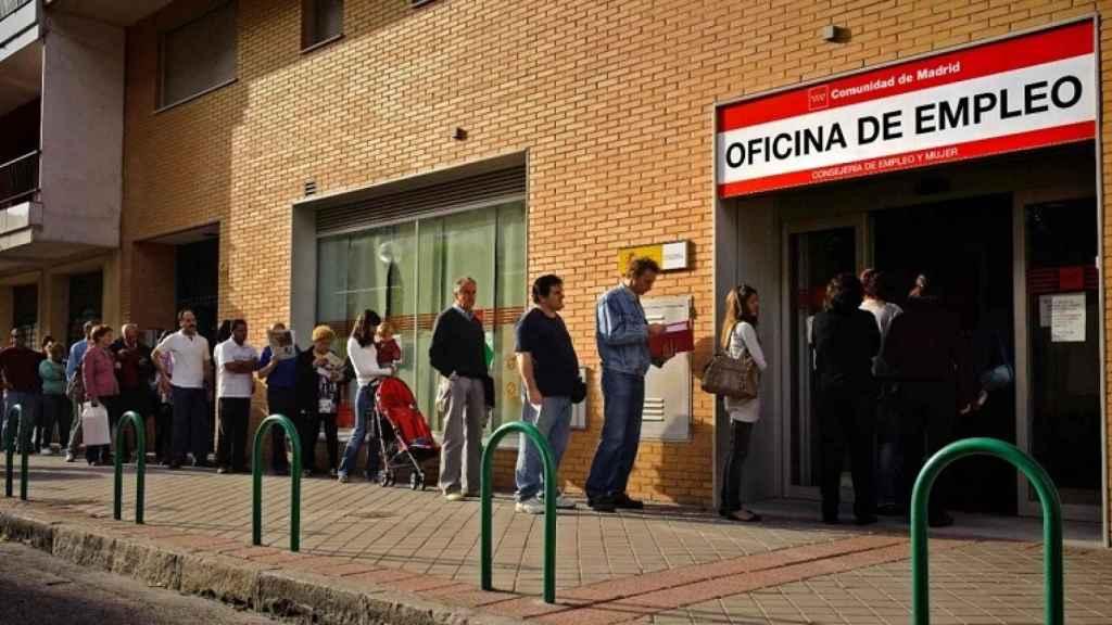 Cola para solicitar el paro en oficina del SEPE en Madrid.