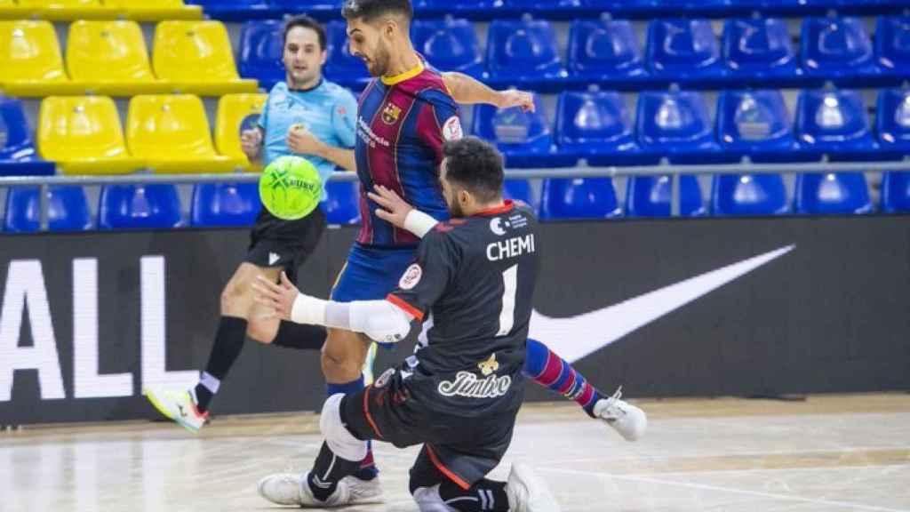 Imagen del partido entre el Barça y Jimbee Cartagena con el parche en la manga
