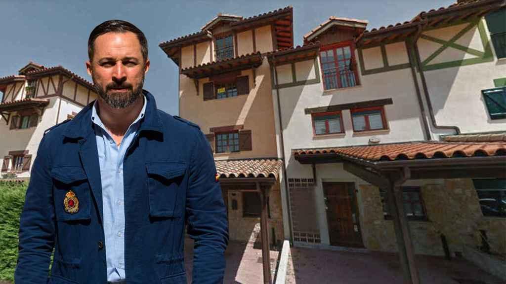 Santiago Abascal, junto a la casa que le desahuciaron en 2010.