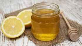 Un vasito de miel con limón (que no cura nada).