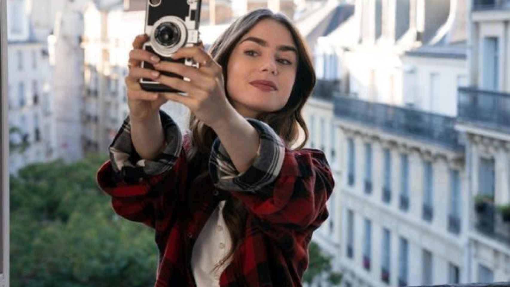 La actriz Lily Collins en su serie 'Emily in París'.