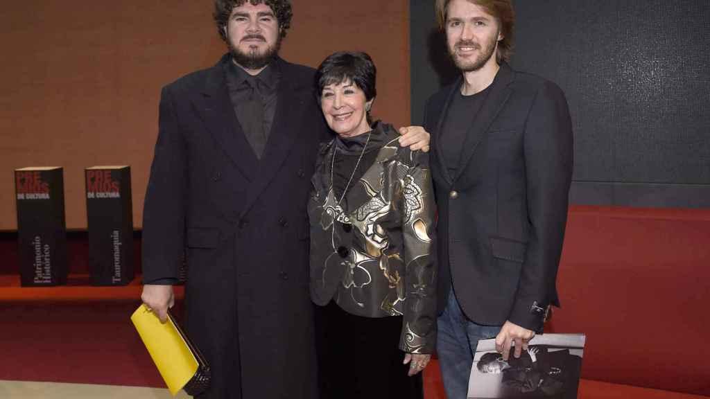 Concha Velasco junto a sus dos hijos, Manuel y Paco.