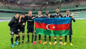 Jugadores del Qarabag sosteniendo la bandera de Azerbaiyán