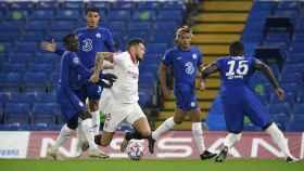 Lucas Ocampos, rodeado de jugadores del Chelsea