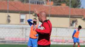 El técnico Fran García en un entrenamiento del Conquense