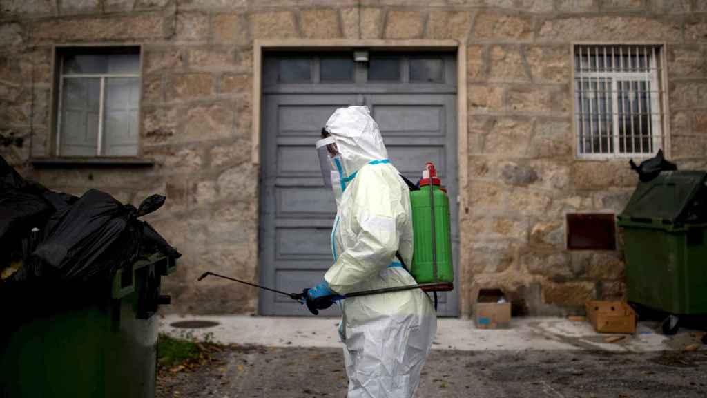 Un operario realiza labores de desinfección en Orense.