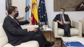 Feijóo durante su reunión con el alcalde de Ferrol, Ángel Mato