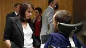 Adriana Lastra y Pablo Echenique conversan en el Congreso.