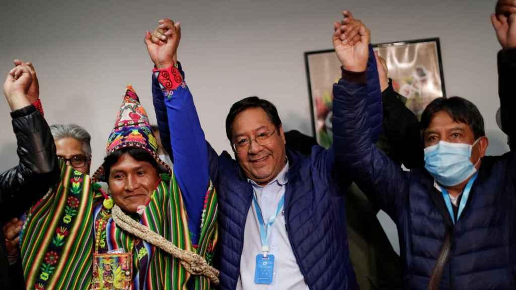 Luis Arce (c) celebra su victoria en las elecciones del pasado domingo en Bolivia.