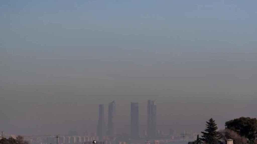 Imagen de las Cuatro Torres de Madrid bajo una intensa nube de contaminación.