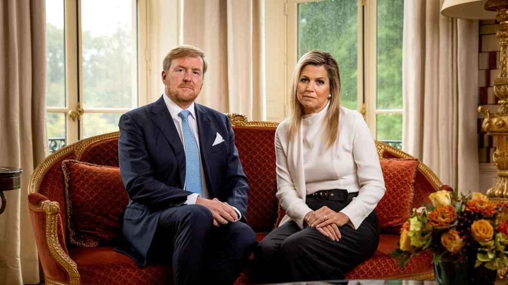 Los reyes de Holanda en una imagen procedente del vídeo donde piden disculpas por su desafortunado viaje.