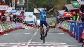 Marc Soler levanta las manos en Lekunberri tras vencer en la etapa 2 de La Vuelta 2020