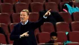 Koeman dando indicaciones durante un partido del FC Barcelona