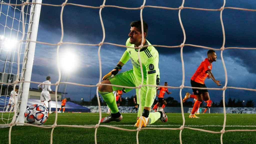 Courtois mira el balón tras el gol en propia puerta de Varane