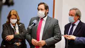 El presidente del PP de Castilla-La Mancha, Paco Núñez, este miércoles en Toledo junto al presidente de Fedeto, Ángel Nicolás, y la vicesecretaria de Sectorial del PP a nivel nacional, Elvira Rodríguez