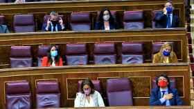 Mario Garcés, portavoz económico del PP en el Congreso, con la mano al pecho al escuchar el nombre de las víctimas de ETA.