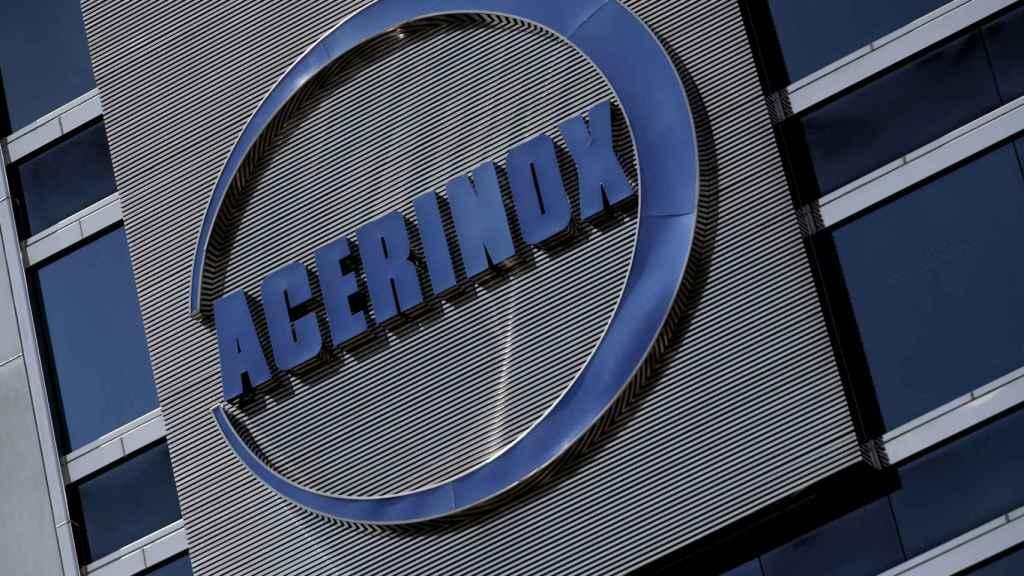 Detalle del logo de Acerinox en el edificio de su sede en Madrid.