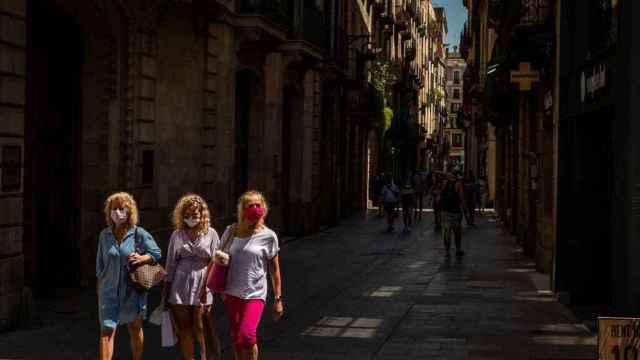 Desastre turístico de Cataluña: la política y el cierre de bares espantan a los turistas