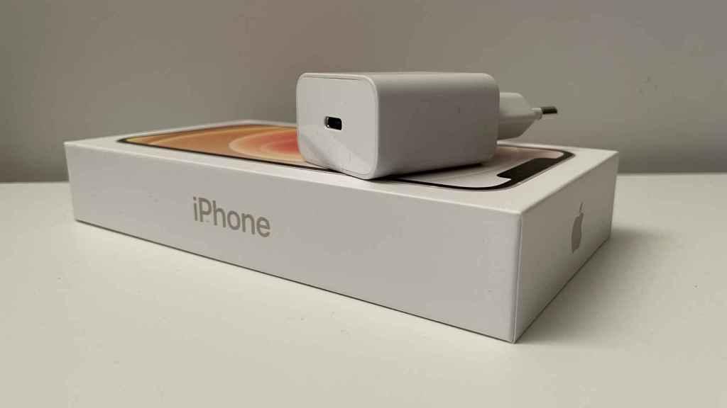 Cargador sobre la caja de un iPhone 12