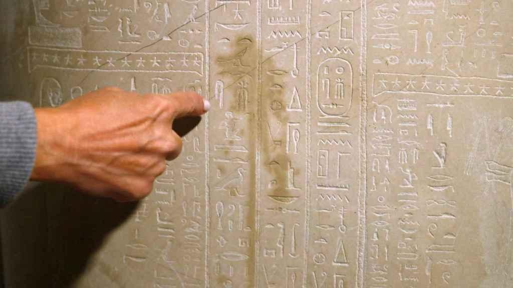 Detalle de un jeroglífico egipcio dañado.