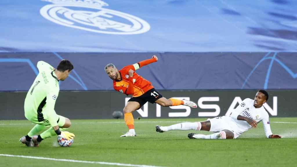 Eder Militao mira como Marlos marca uno de los goles del Shakhtar al Real Madrid