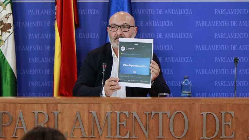 Alejandro Hernández, portavoz de Vox en Andalucía, exhibe el tuit del PP que posteriormente fue borrado.