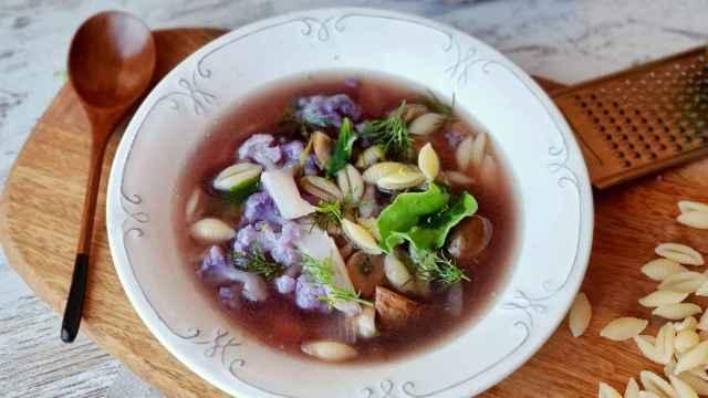 Sopa de pasta, coliflor morada y champiñón, receta sana contra el frío
