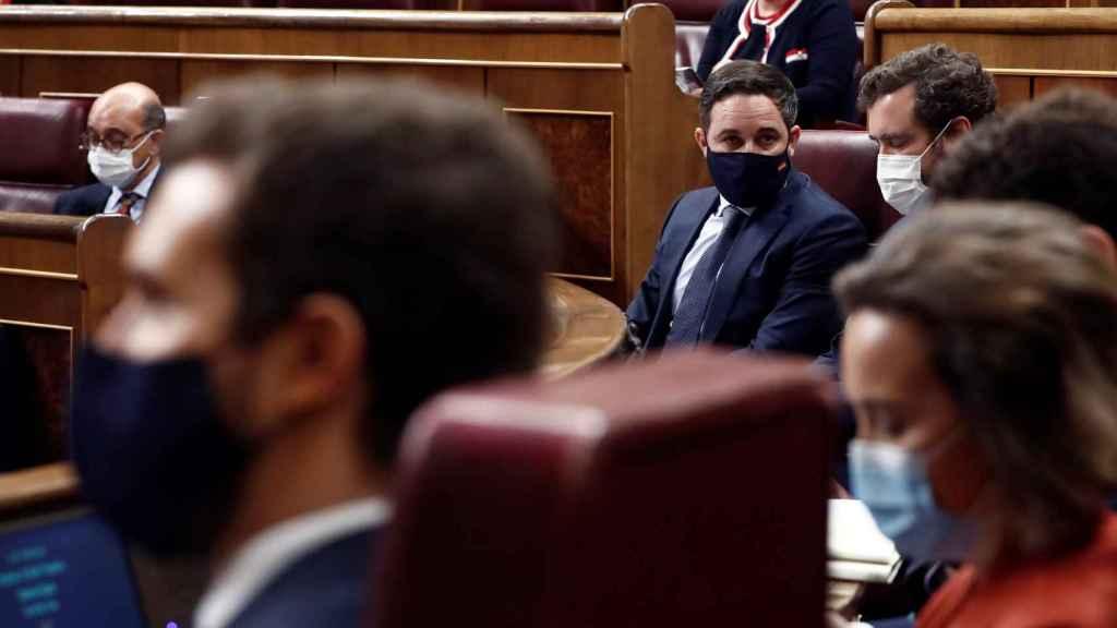 Casado y Abascal, en sus escaños durante el debate de moción de censura presentado por Vox.