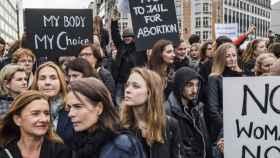 Mujeres polacas en una manifestación en Bruselas contra las restricciones en la ley del aborto.