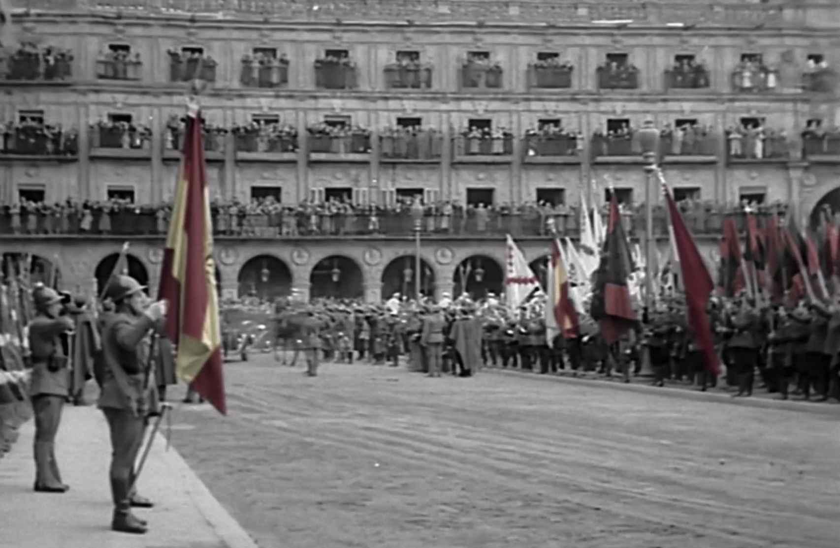 Desfile en la Plaza Mayor de Salamanca unos días después del nombramiento de Franco como jefe del Estado.