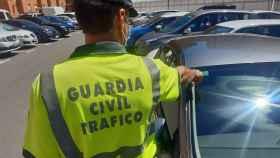 Un agente inspeccionando un vehículo.