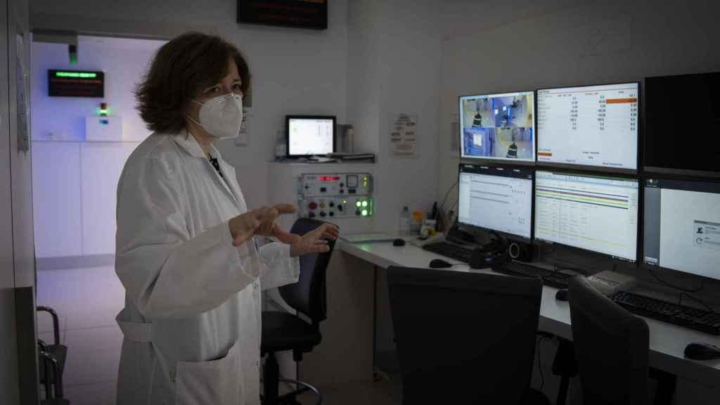 Carme Ares en la sala previa a la de irradiación donde se controla el proceso.