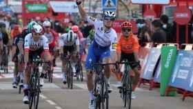 Sam Bennett celebra su victoria en la etapa 4 de La Vuelta 2020