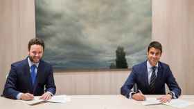 Iker Beraza y Daniel Caballero durante la firma del acuerdo.