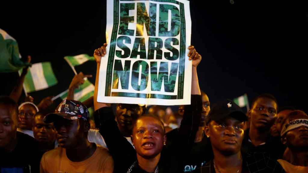Una manifestante porta un cartel con el lema End SARS Now en Lagos, capital de Nigeria.