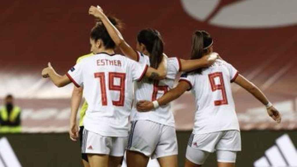 España femenina celebra un gol
