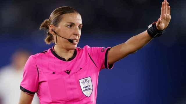 Stéphanie Frappart señala una falta en un partido de la Ligue 1