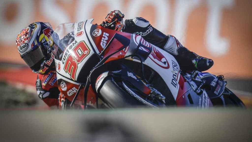 Takaaki Nakagami traza un viraje con su Honda RC213V, en el circuito MotorLand Aragón.