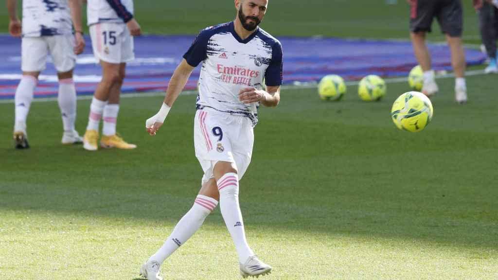 Karim Benzema dispara a puerta en el calentamiento de El Clásico