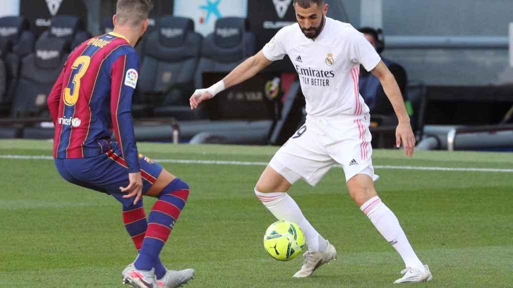 Karim Benzema ante Gerard Piqué, en El Clásico del Camp Nou