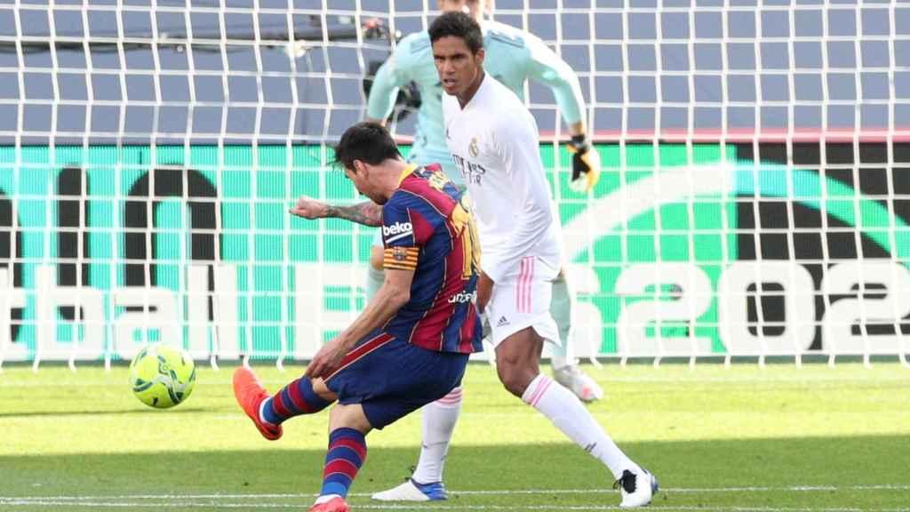 Disparo de Messi ante Varane y Courtois en El Clásico de La Liga