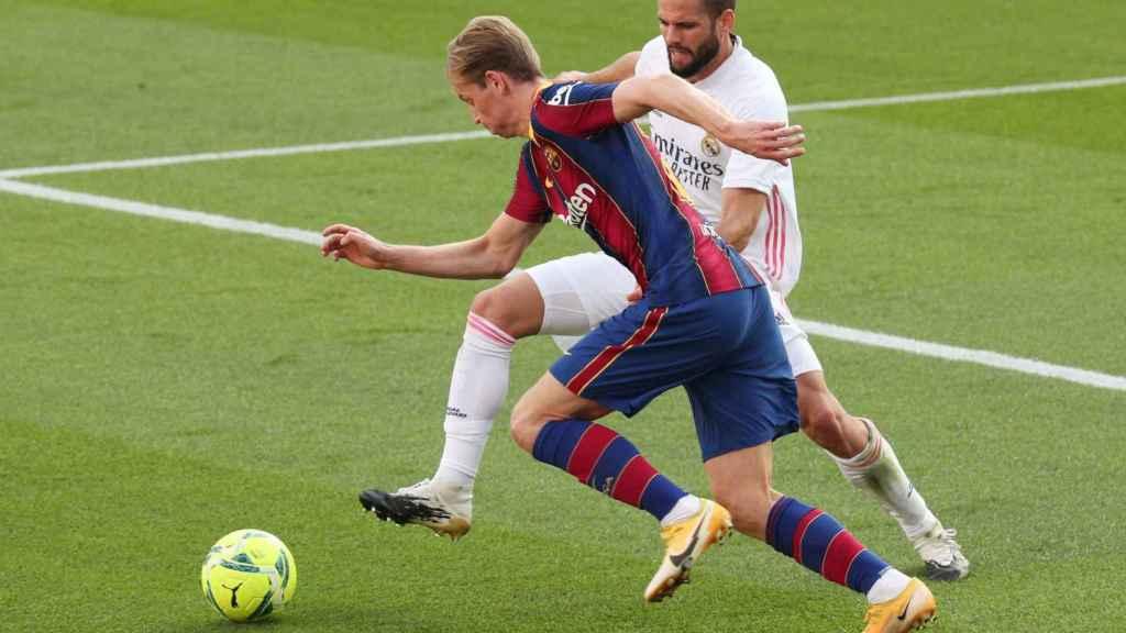 De Jong y Nacho, en un duelo de El Clásico entre Barcelona y Real Madrid