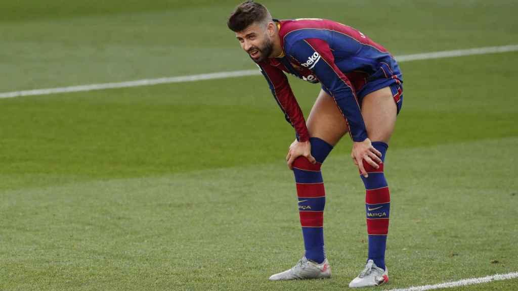 Gerard Piqué recupera fuerzas durante El Clásico ante el Real Madrid