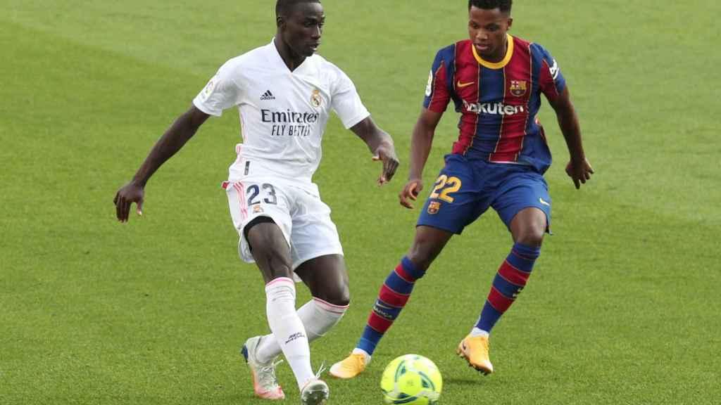 Ferland Mendy protege el balón ante Ansu Fati, en El Clásico de la jornada 7 de La Liga