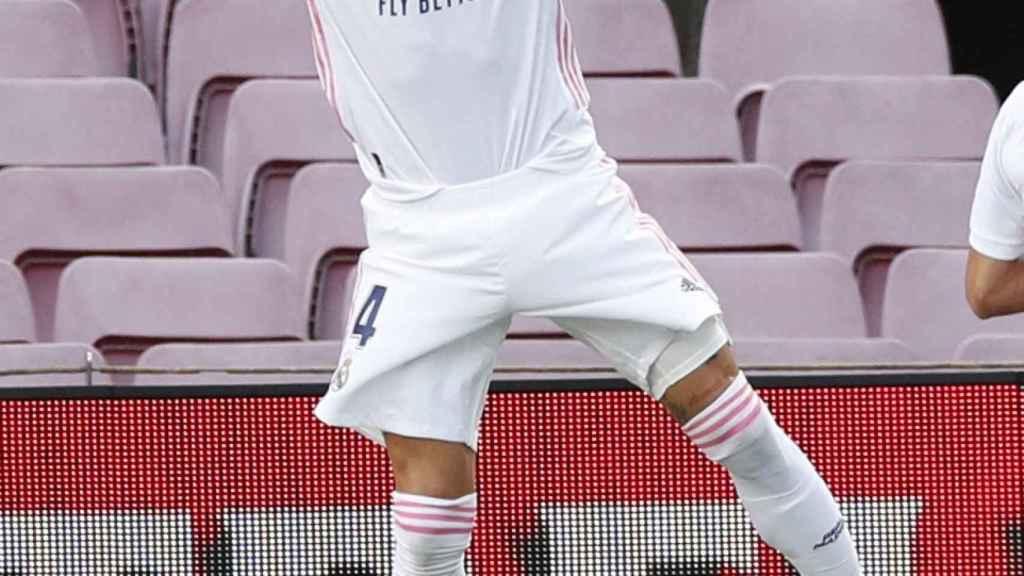 Sergio Ramos señala su dorsal en la celebración de su gol en El Clásico