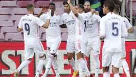 Piña de los jugadores del Real Madrid para celebrar el gol de Sergio Ramos en El Clásico